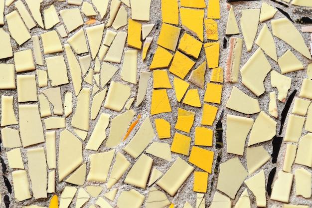 Abstrakter hintergrund von fliesenstücken, die in ein mosaik aufgeteilt sind