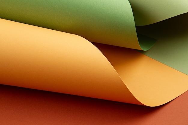 Abstrakter hintergrund von gerollten strukturierten papierblättern von verschiedenen schatten
