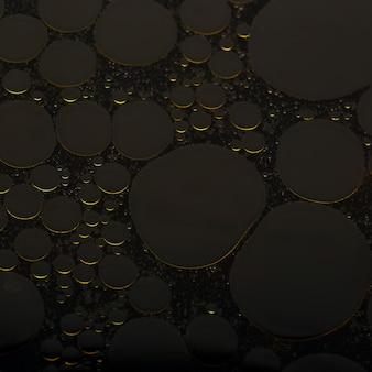 Abstrakter hintergrund von runden ölblasen auf der wasseroberfläche.