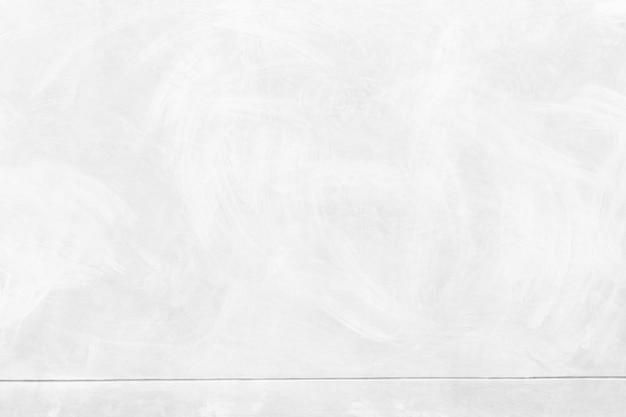 Abstrakter hintergrund von weißer betonbeschaffenheit mit auf der oberfläche zerkratzt. weißer wandhintergrund.