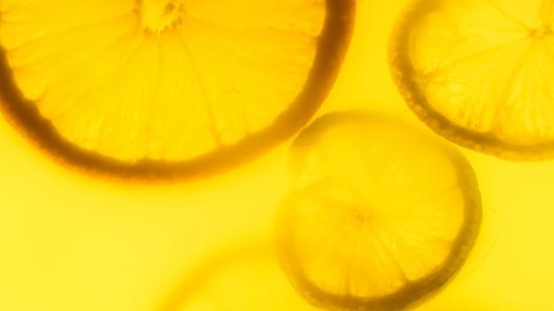 Abstrakter hintergrund von zitrusfrüchten in frischem orangensaft.