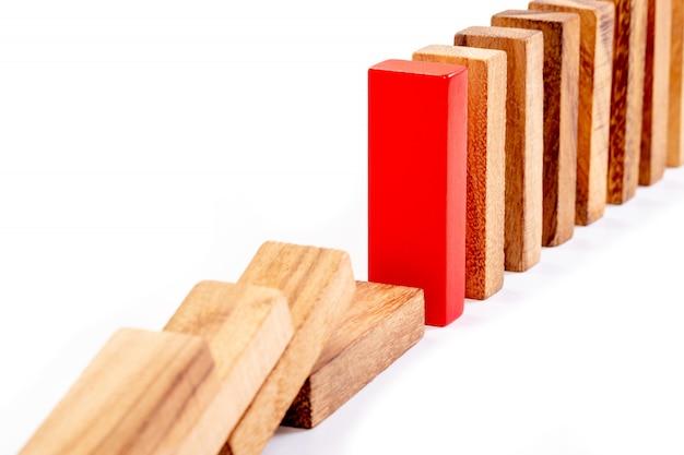 Abstrakter holzklotz und roter block. konzept der führung, teamarbeit und anders.