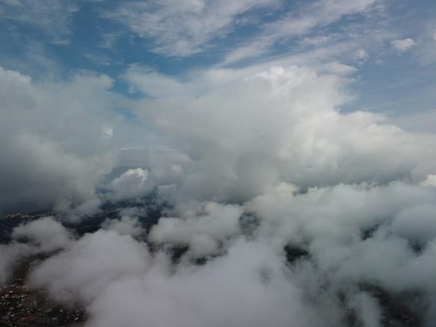 Abstrakter luftnatursommerozeansonnenuntergangmeer und natürlicher himmelhintergrund des himmels mit geschwollenem