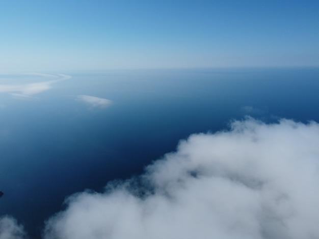 Abstrakter luftnatursommerozeansonnenuntergangsee- und -himmelhintergrund natürlicher himmel mit geschwollenem kumulus