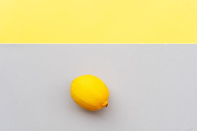 Abstrakter moderner handgemachter papierhintergrund mit zitrone in ultimativem grau und leuchtenden gelben farben