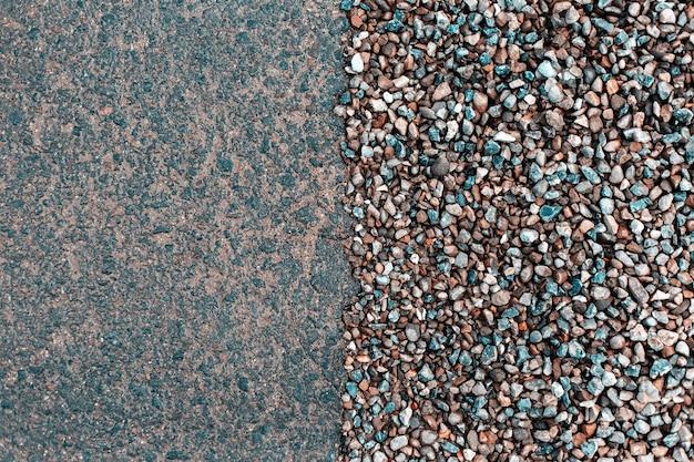 Abstrakter nasser asphalt und kleine kieselsteine