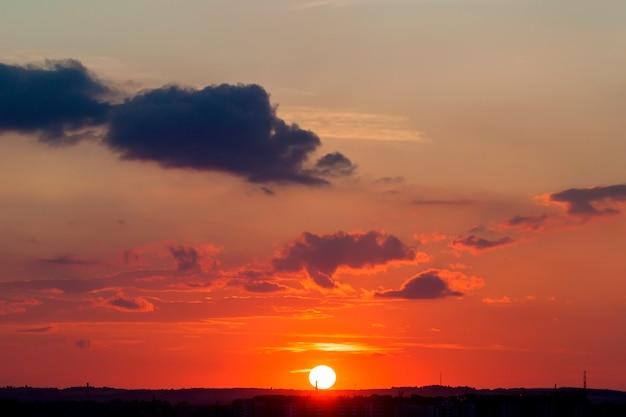 Abstrakter naturhintergrund. drastischer und schwermütiger rosa, purpurroter und blauer bewölkter sonnenunterganghimmel