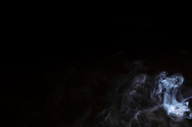 Abstrakter nebel oder rauch verschieben sich auf schwarzem hintergrund