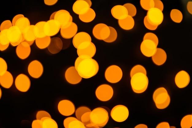 Abstrakter orange lichtfleckhintergrund in der nacht.