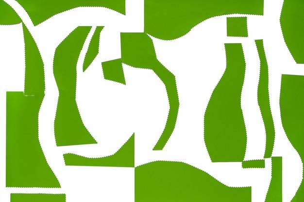 Abstrakter papierhintergrund in grün und weiß. flache organische papierformen auf weißem hintergrund.