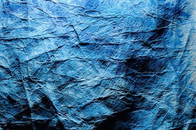 Abstrakter phantomblauer tapetenhintergrund. zerknitterte papierstruktur, tiefe ozeanfarbe
