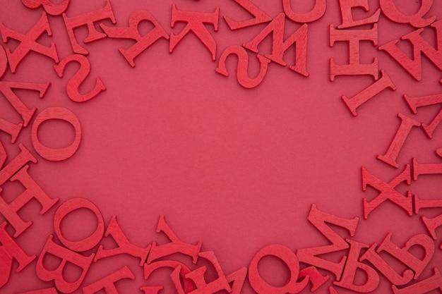 Abstrakter rahmen, grenze mit roten buchstaben auf rotem hintergrund. schule, bildungshintergrund. flach lag mit textfreiraum.