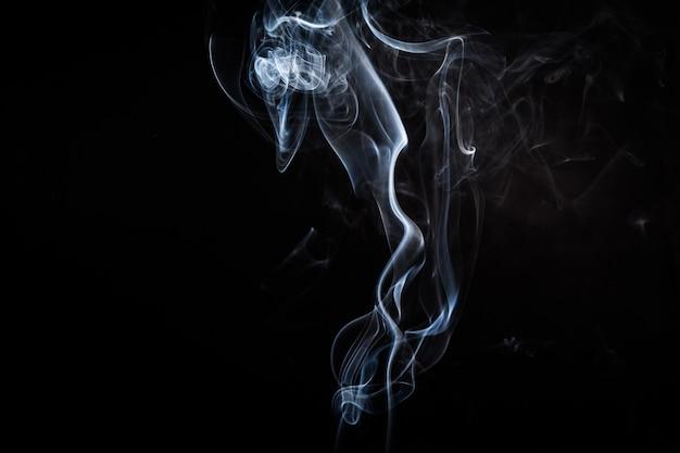 Abstrakter rauch wirbelt auf schwarzen hintergrund