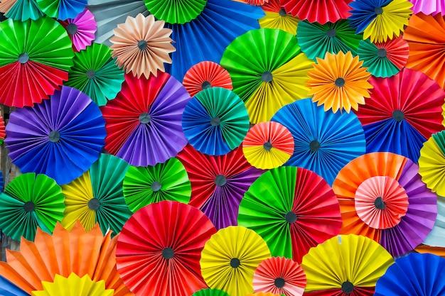 Abstrakter regenbogen bunter papierhintergrund