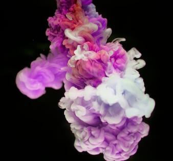 Abstrakter rosafarbener und weißer Farbabfall zum Wasser