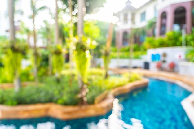 Abstrakter schöner swimmingpool der unschärfe und des defocus im freien im hotelerholungsort, unscharfer fotohintergrund