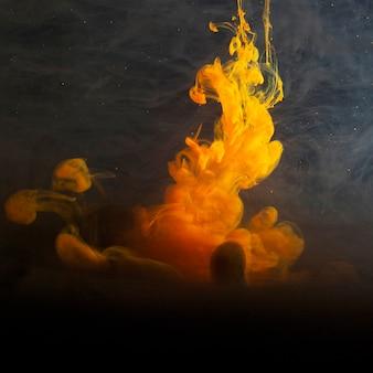 Abstrakter schwerer gelber dunst in der dunkelheit