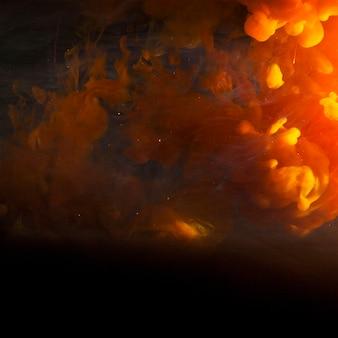 Abstrakter schwerer orangendunst in der dunkelheit
