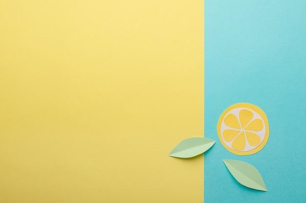Abstrakter sommerhintergrund - origamipapier trägt auf gelb-blauem hintergrund früchte