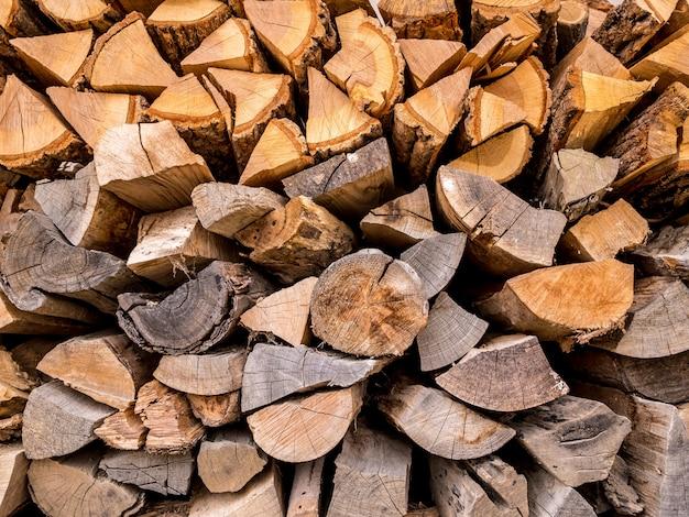 Abstrakter stapel des brennholzes kontrastreich. bereiten sie brennholz für den winter vor.