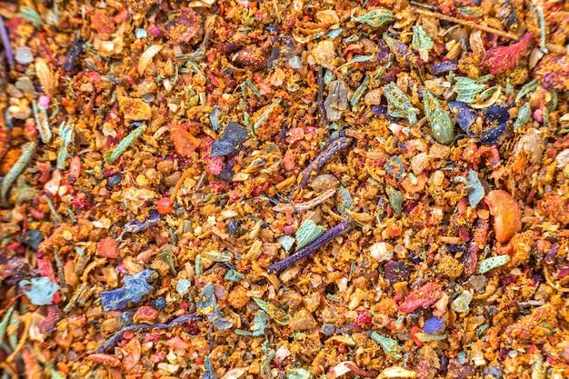 Abstrakter strukturierter natürlicher heller orange bunter kopienraum. hirse, eiche, verschiedene körner, kleine partikel, fisch- und papageienfutter.