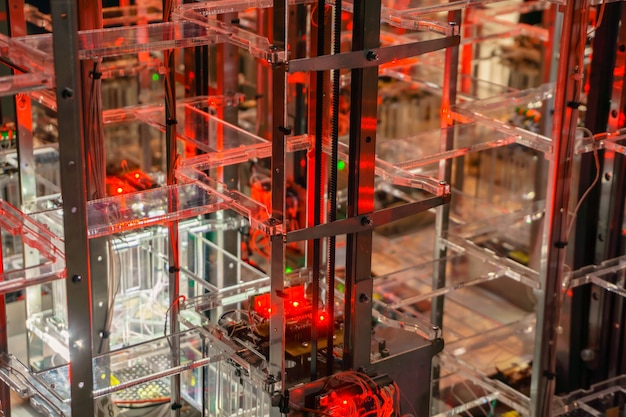 Abstrakter technologischer hintergrund mit metall- und kunststoffstrukturen, elektronik und leds
