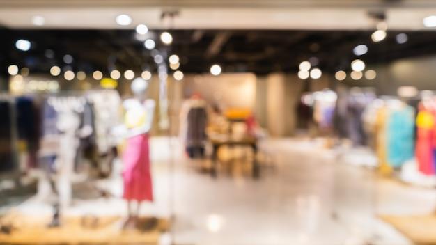 Abstrakter undeutlicher moderner modekleidungsspeicher in einem einkaufszentrum für hintergrund, kleidungseinkaufskonzept.