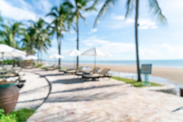 Abstrakter unschärfe-bett-pool um swimmimg-pool im luxushotel-resort für hintergrund - urlaubs- und urlaubskonzept