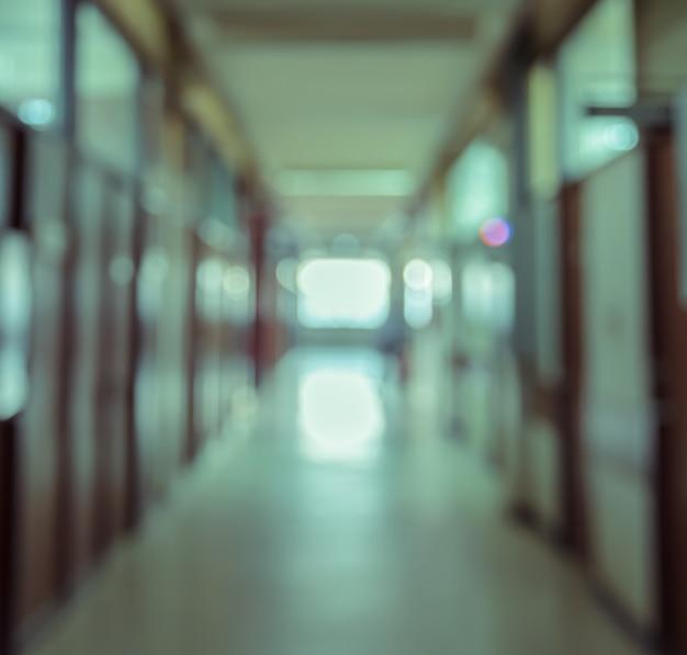 Abstrakter unschärfehintergrund des gebäudekorridors mit raum