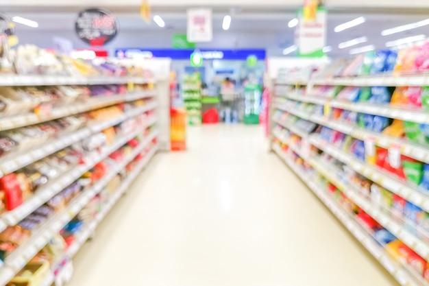 Abstrakter verschwommener supermarktgang mit bunten regalen und nicht erkennbaren kunden