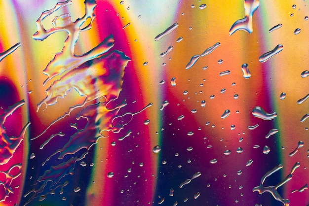 Abstrakter wassertropfen auf reflektiertem papierfarbhintergrund