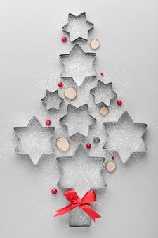Abstrakter weihnachtsbaum gemacht mit kuchenformen