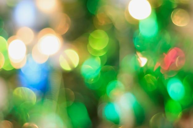 Abstrakter weihnachtsbaum mit dekorationsbokeh-lichtunschärfehintergrund