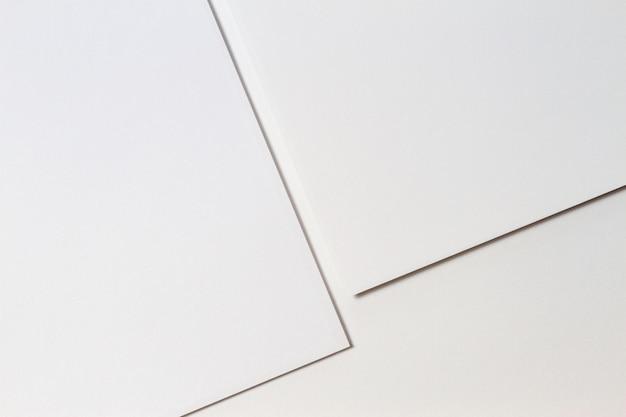 Abstrakter weißer monochromer kreativer papierbeschaffenheitshintergrund. minimale geometrische formen und linien