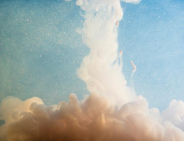 Abstrakter weißer nebel zwischen stückchen