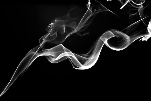 Abstrakter weißer rauch auf schwarzem hintergrund, feuerdesign