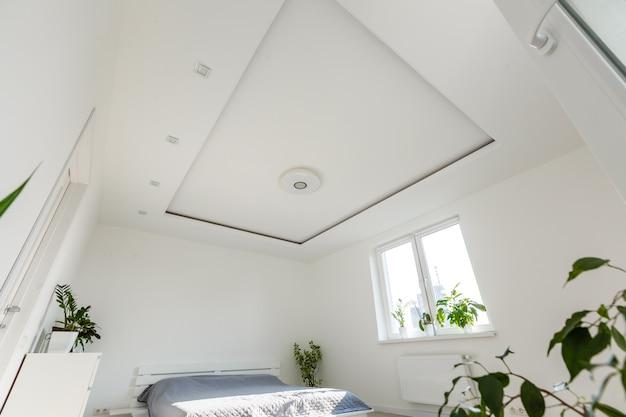 Abstrakter weißer wellenartig bewegender vorhang in der weißen schlafzimmerwohnung