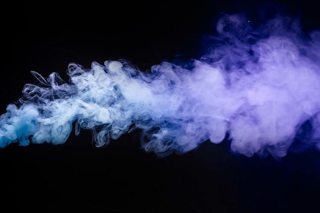 Abstrakter zigarettenrauch auf schwarzem hintergrund