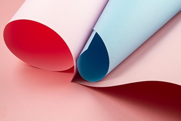 Abstraktes backgroud von gerollten strukturierten papierblättern von verschiedenen schatten