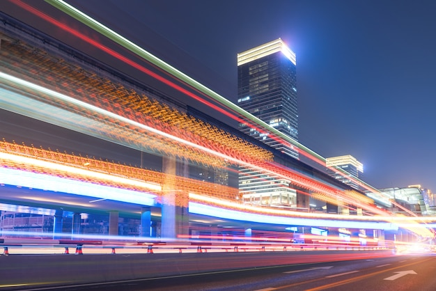 Abstraktes bild der unschärfe bewegung von autos auf der stadtstraße in der nacht