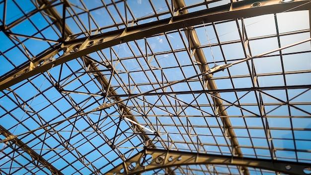 Abstraktes bild des langen transparenten daches aus metall und glas in der alten galerie
