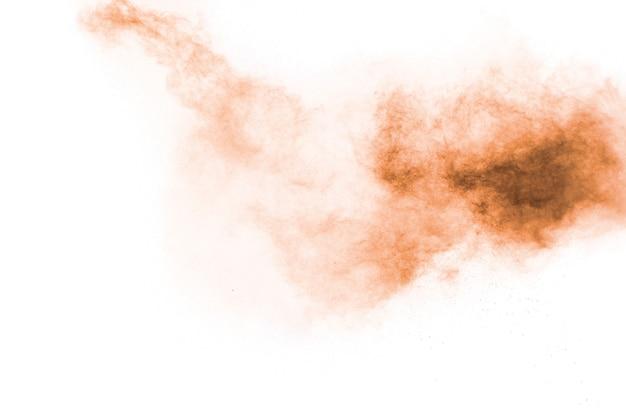 Abstraktes braunes pulver bespritzt auf weißem hintergrund.