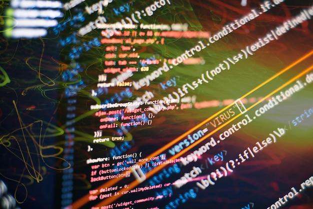Abstraktes computerskript über big data und blockchain-datenbank. programmiercode für softwareentwickler. mining cryptocurrency-prozessprogramm auf dem display-pc. verwenden von software.