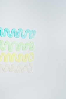 Abstraktes design gemacht von den funkelnfarben über weißem hintergrund