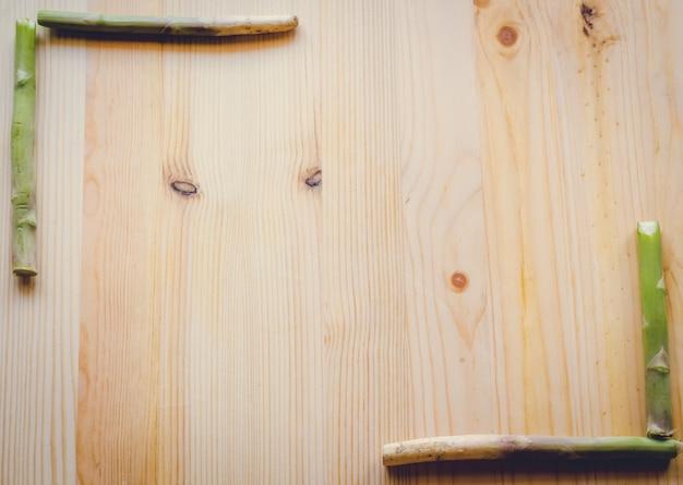 Abstraktes designhintergrundgemüse auf einem hölzernen hintergrund, weinleseton