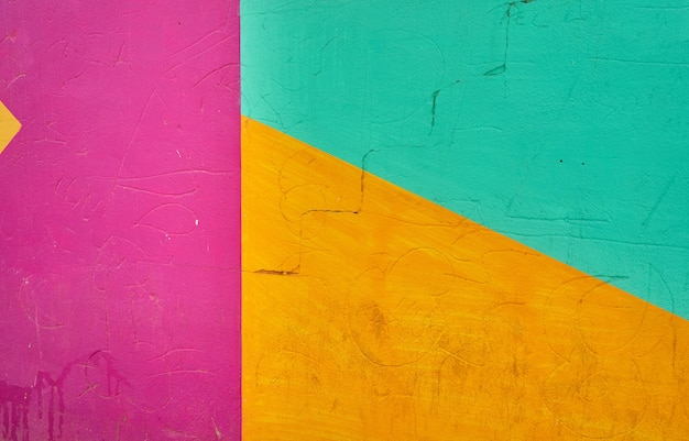 Abstraktes detail der wand mit fragmenten des bunten graffitis.