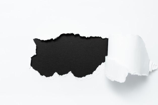 Abstraktes einfaches tränenpapier, das ein flaches blatt des hintergrundkonspekts zeigt, das einen anderen hintergrund darstellt