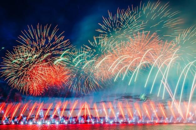 Abstraktes farbiges feuerwerk mit den lichtstrahlen, die zum himmel gerichtet werden.