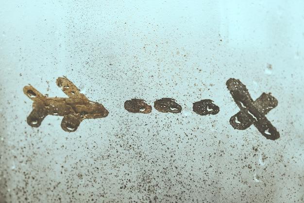 Abstraktes flugzeug mit spur, die auf beschlagenem fenster folgt.