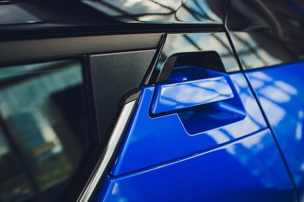 Abstraktes foto autotürgriff blau und schloss